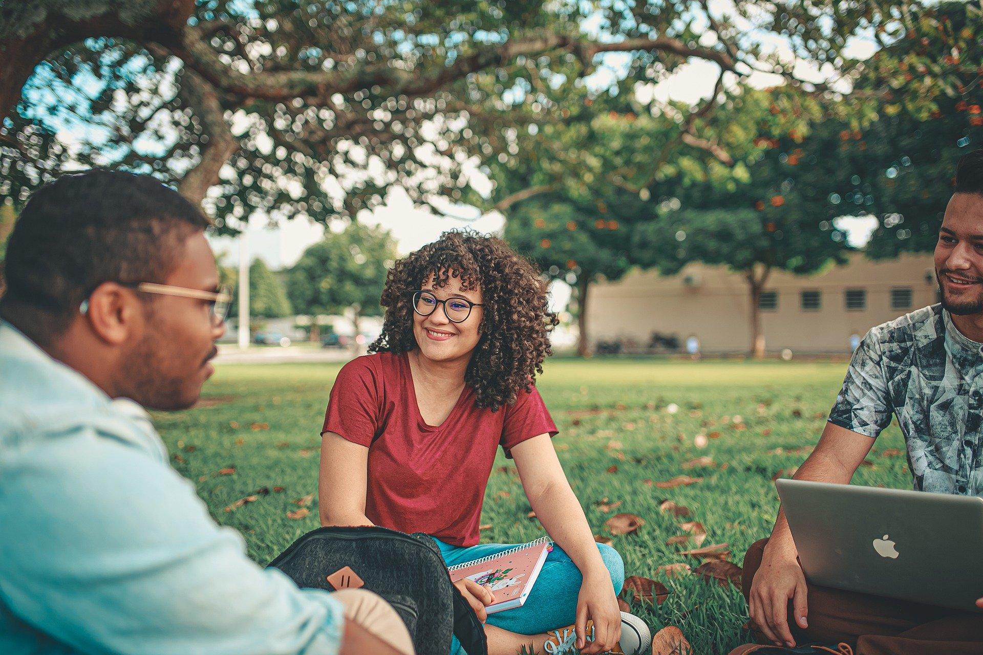Trois étudiants se retrouvent dans un parc
