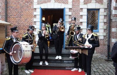 Fanfare dans la cour du château pour le marché de Noël