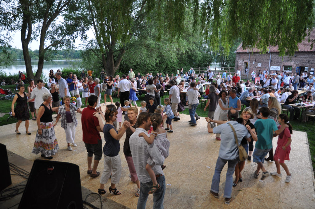 Piste de danse au bord du lac du héron