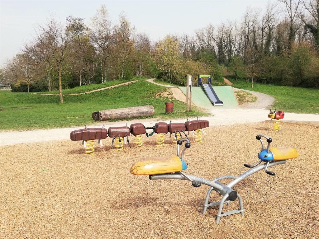 Quelques jeux pour enfant au parc urbain.
